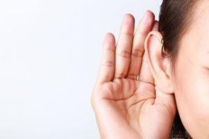 耳を澄ます写真
